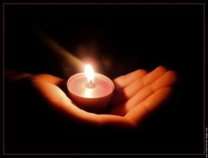 Une bougie dans la main,  Une bougie dans la nuit,  Une lueur dans le noir,  Forment un message de vie et d'espoir.